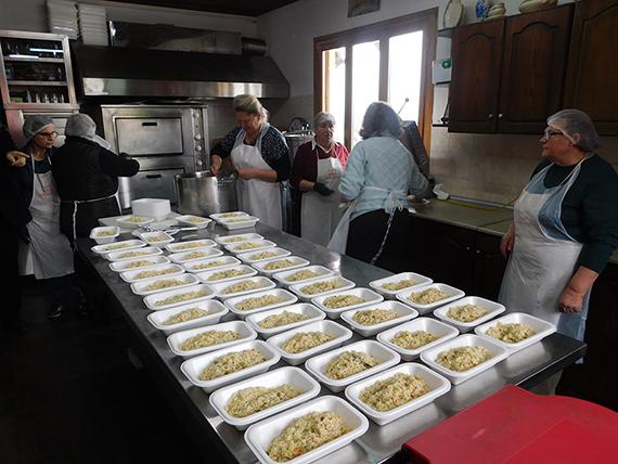 Γιάννενα: Διανέμει καθημερινά 832 μερίδες φαγητό